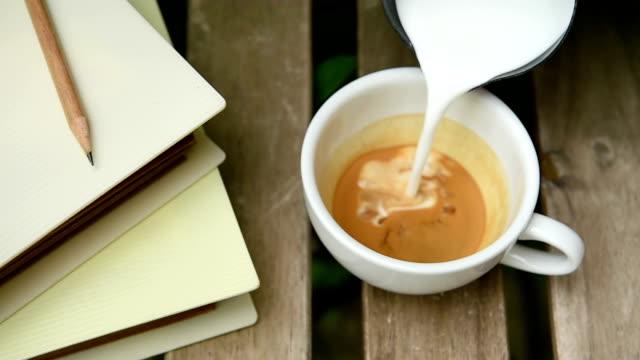 tazza di cappuccino art caffè - theobroma video stock e b–roll