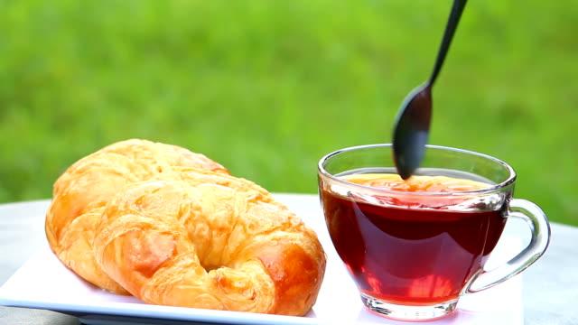en kopp te med croissanter - tefat bildbanksvideor och videomaterial från bakom kulisserna