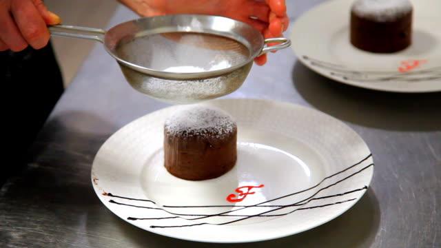vídeos y material grabado en eventos de stock de fuente de chocolate de la magdalena. petit gateau con helado. muffin de chocolate. - suflé