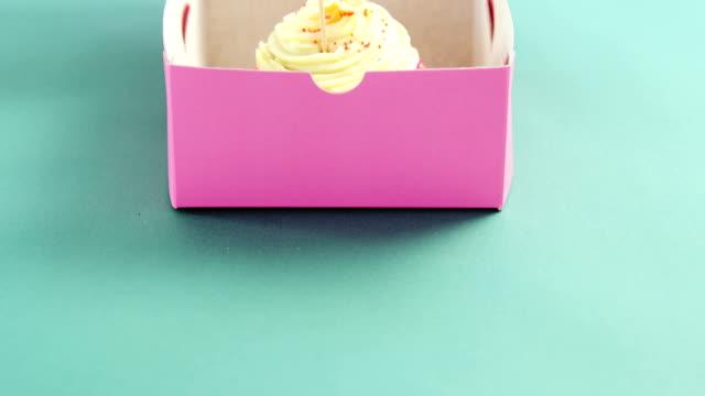 vidéos et rushes de petit gâteau avec carte fête heureuse mère sur fond vert - fête des mères