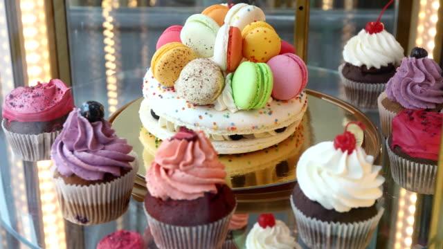 カップケーキと菓子屋の店先のマカロン - カップケーキ点の映像素材/bロール