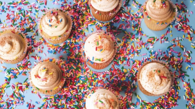 cupcakes-serien om ljusblå bakgrund 4k - confetti bildbanksvideor och videomaterial från bakom kulisserna