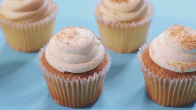 ライトブルーの背景4kのカップケーキシリーズ - カップケーキ点の映像素材/bロール