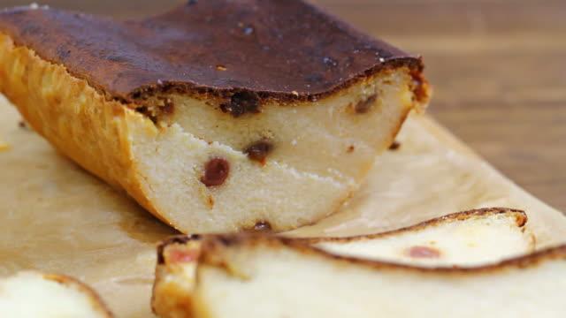 tofu-pudding mit rosinen - quark stock-videos und b-roll-filmmaterial