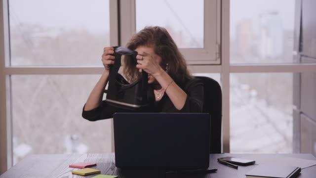 neugierige erstaunte frau versucht augmented reality-brille, das gefühl, aufgeregt über vr-headset-simulation - kosmetik beratung stock-videos und b-roll-filmmaterial