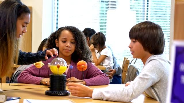 vídeos y material grabado en eventos de stock de los curiosos estudiantes de secundaria aprenden sobre el sistema solar - escuela media