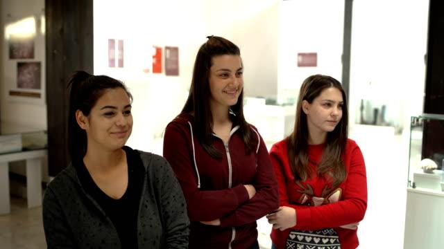 好奇心旺盛の若者たちが博物館を訪れる - 展示点の映像素材/bロール