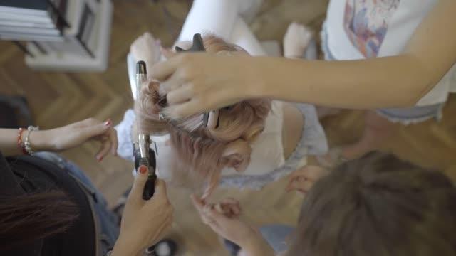 vidéos et rushes de coiffure bouclés - soins capillaires