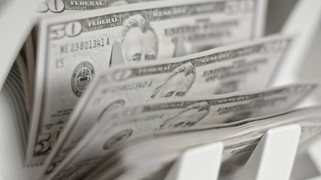 slo mo 통화 계산 기계 세 50 미국 달러 지폐 - 10초 이상 스톡 비디오 및 b-롤 화면