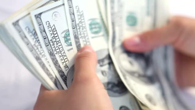 vídeos de stock e filmes b-roll de unidade monetária dos estados unidos, foco diferencial - contar
