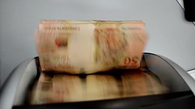 vídeos y material grabado en eventos de stock de moneda-máquina de contar está contando - prosperidad