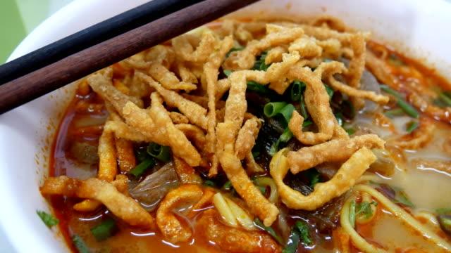 Sopa de macarrão ao curry com carne - vídeo