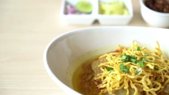 vídeos y material grabado en eventos de stock de sopa de fideos con costillas de cerdo suave de curry - comida tailandesa