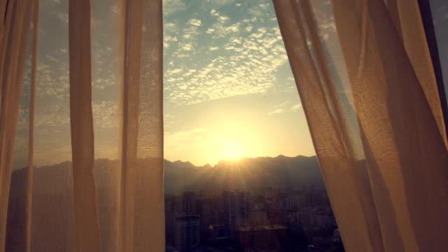 룸 선셋의 창 커튼 - 화창한 스톡 비디오 및 b-롤 화면