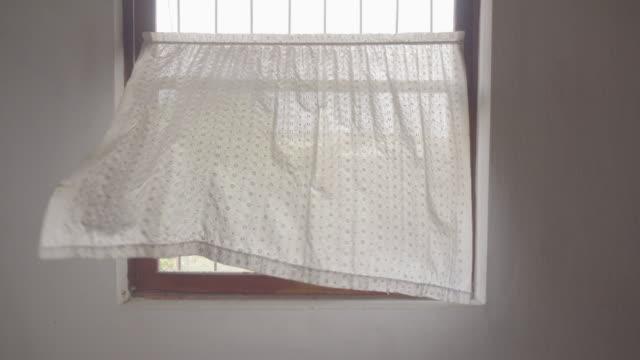 stockvideo's en b-roll-footage met cu gordijn waait in de wind-zijaanzicht. - photography curtains