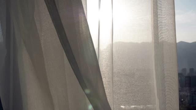 vorhang auf mit sonnenlicht - netzgewebe stock-videos und b-roll-filmmaterial