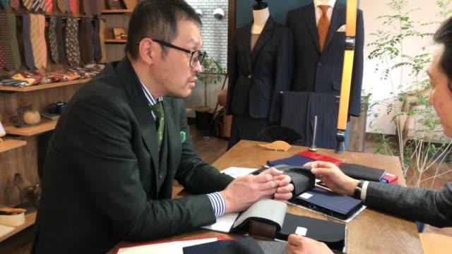 vidéos et rushes de costume personnalisé boutique à tokyo - relation client