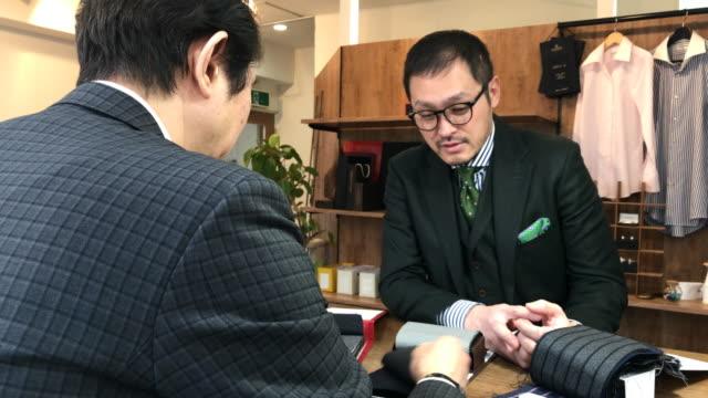 東京でカスタム スーツ ショップ - スタジオ 日本人点の映像素材/bロール