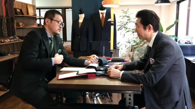 東京でカスタム スーツ ショップ - オペレーター 日本人点の映像素材/bロール