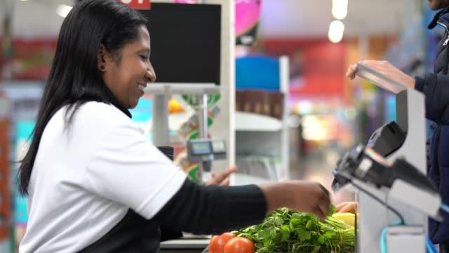 клиент и кассир в кассе в супермаркете - касса стоковые видео и кадры b-roll
