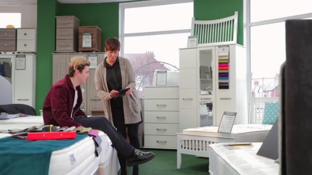 vídeos de stock, filmes e b-roll de assistência ao cliente em loja de móveis - mobília