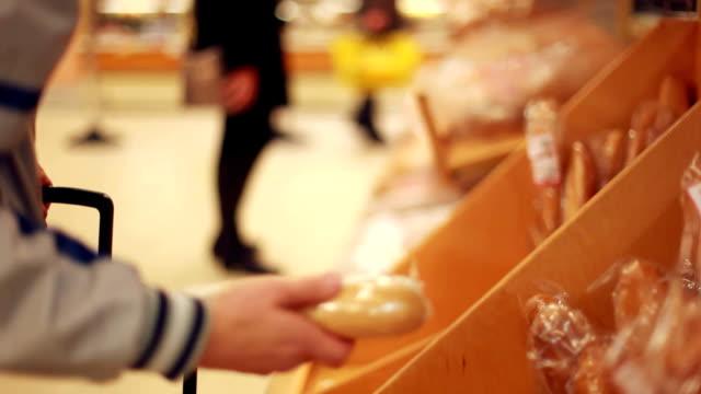 お客様の露店のパンからパンを購入します。1920 x 1080 ビデオ