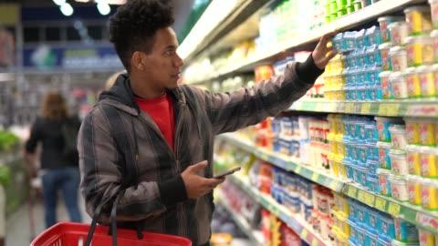 vídeos de stock e filmes b-roll de customer buying with mobile app on supermarket - consumismo