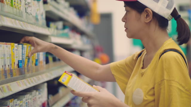 customer buying with mobile app on supermarket - vitamina video stock e b–roll