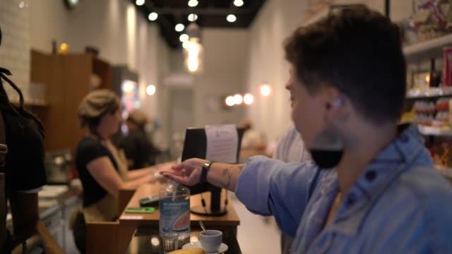 vidéos et rushes de client nettoyant ses mains avec le gel d'alcool - gel hydroalcoolique