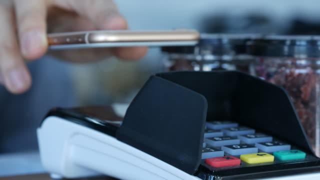 顧客の連絡先の携帯電話でお支払い - クレジット決済点の映像素材/bロール
