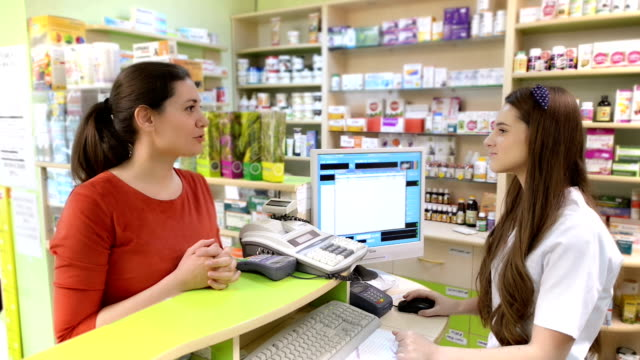 Kunden in einer Apotheke kaufen einige Medikamente – Video