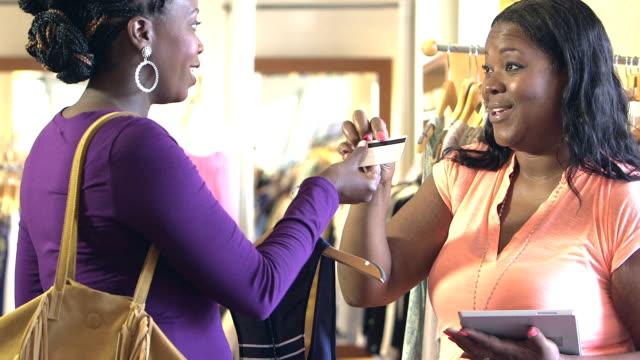 Client en payant par carte de crédit de magasin de vêtements - Vidéo