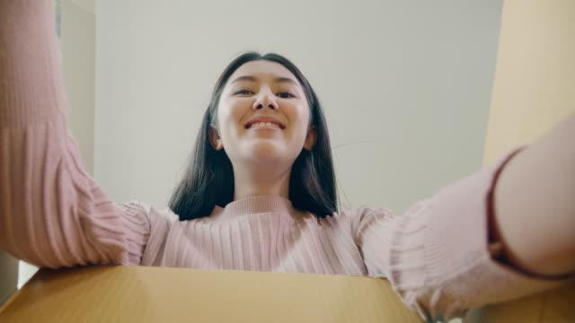 kunden öffnen paketpostfach und kommissionierobjekt - schachtel stock-videos und b-roll-filmmaterial