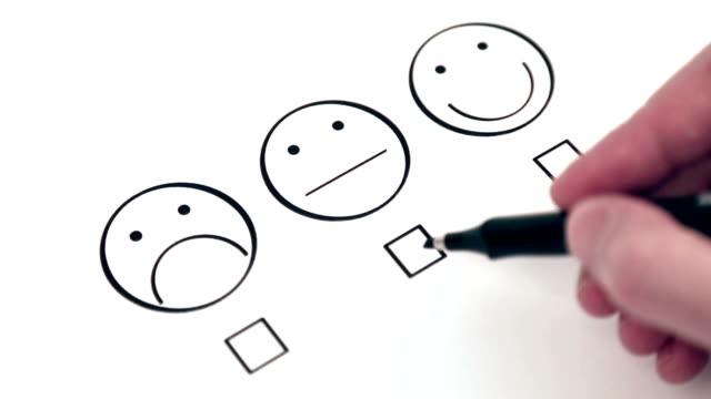umfrage zur kundenzufriedenheit - smiley stock-videos und b-roll-filmmaterial