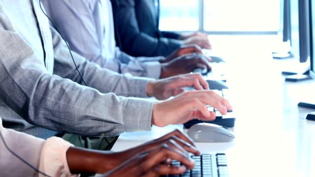 vídeos y material grabado en eventos de stock de ejecutivos de servicio al cliente en oficina 4k - centro de llamadas