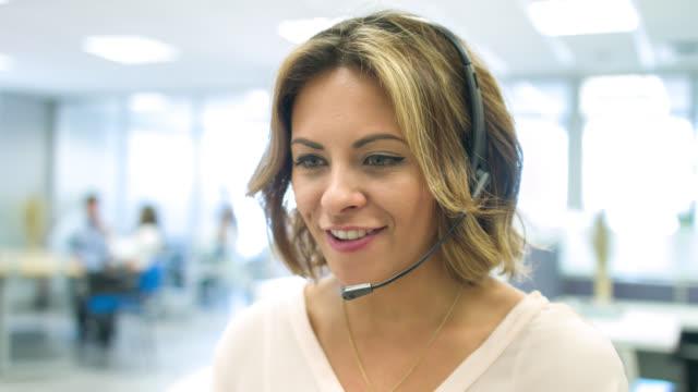 vídeos y material grabado en eventos de stock de representante de servicio al cliente trabajo en un call center - centro de llamadas