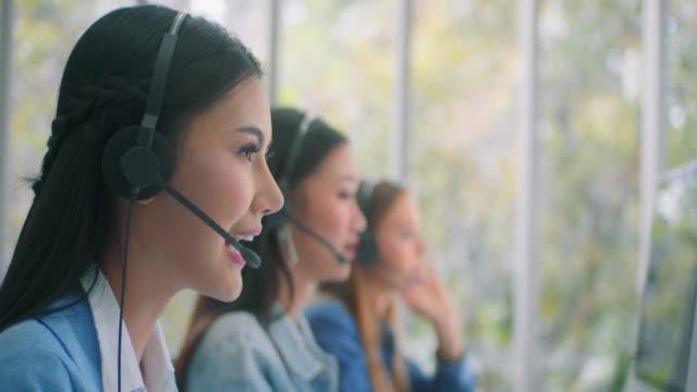 vídeos de stock e filmes b-roll de customer service representative working with colleagues,slow motion 4k dci - envolvimento dos funcionários