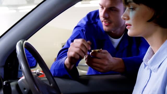 Cliente aperto de mãos com mecânico - vídeo