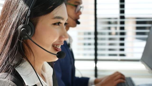 顧客サポートし、オペレータの笑顔で話しオフィス - オペレーター 日本人点の映像素材/bロール