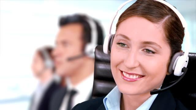 Opérateur de service clientèle. Télévendeur. Femme travaillant à callcenter. - Vidéo