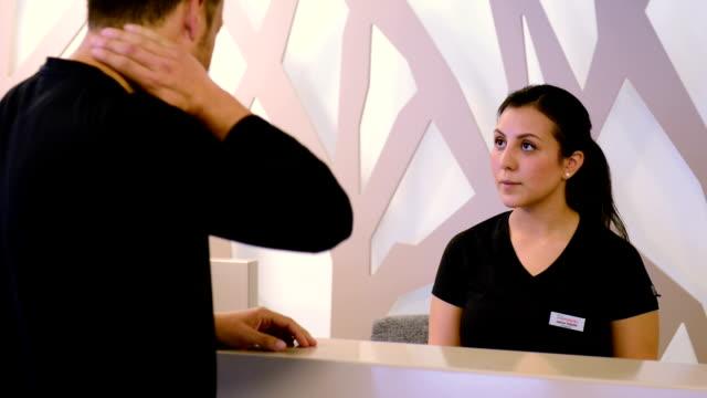 customer welcome - hotel reception stok videoları ve detay görüntü çekimi