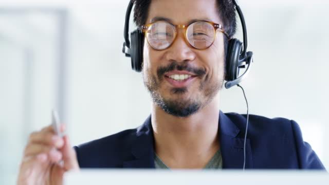 customers appreciate his friendly and helpful nature - słuchawki filmów i materiałów b-roll