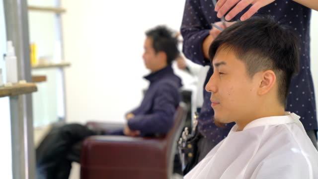 忙しいヘアサロンでお客様 - 美容院点の映像素材/bロール