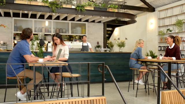 お客様は、カフェでのコーヒーをお楽しみください。 - カフェ文化点の映像素材/bロール