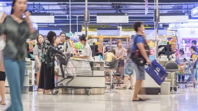 Kunden, die Zahlung für Waren in der check-in-Schalter – Video