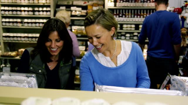 vídeos y material grabado en eventos de stock de clientes de compras en el supermercado - snack aisle