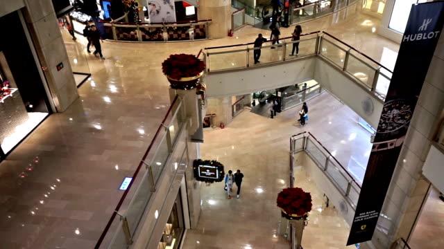 kunder shopping i taipei 101 byggnad nära jul, taipei, kina - realtid bildbanksvideor och videomaterial från bakom kulisserna