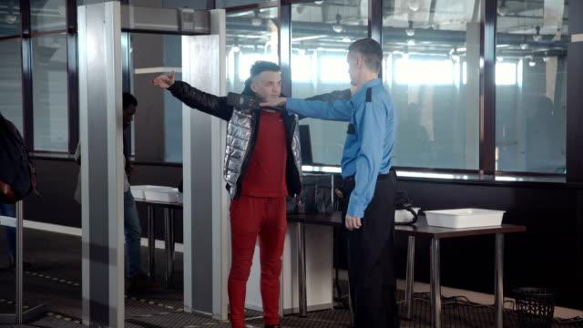 tullen gränsen punkten i flygplats - vakta bildbanksvideor och videomaterial från bakom kulisserna
