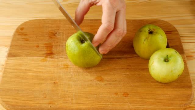 Schneiden Sie grüne Äpfel. – Video