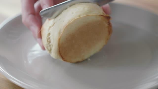 cut plain scone half in plate - scone filmów i materiałów b-roll